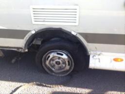 neumatico de caravana roto