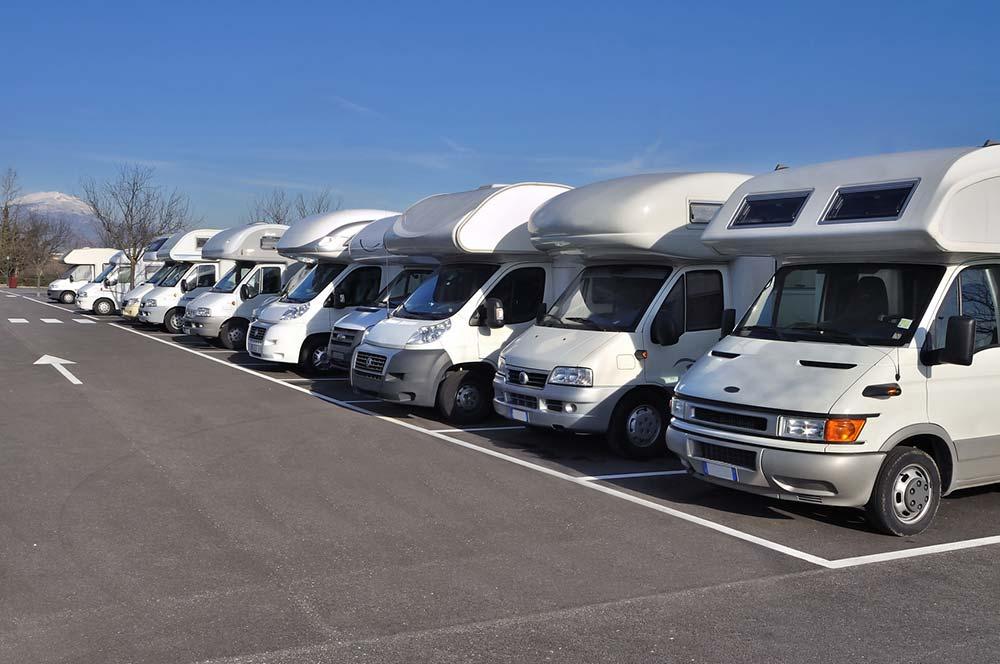 Diferencias entre estacionar o acampar con autocaravana